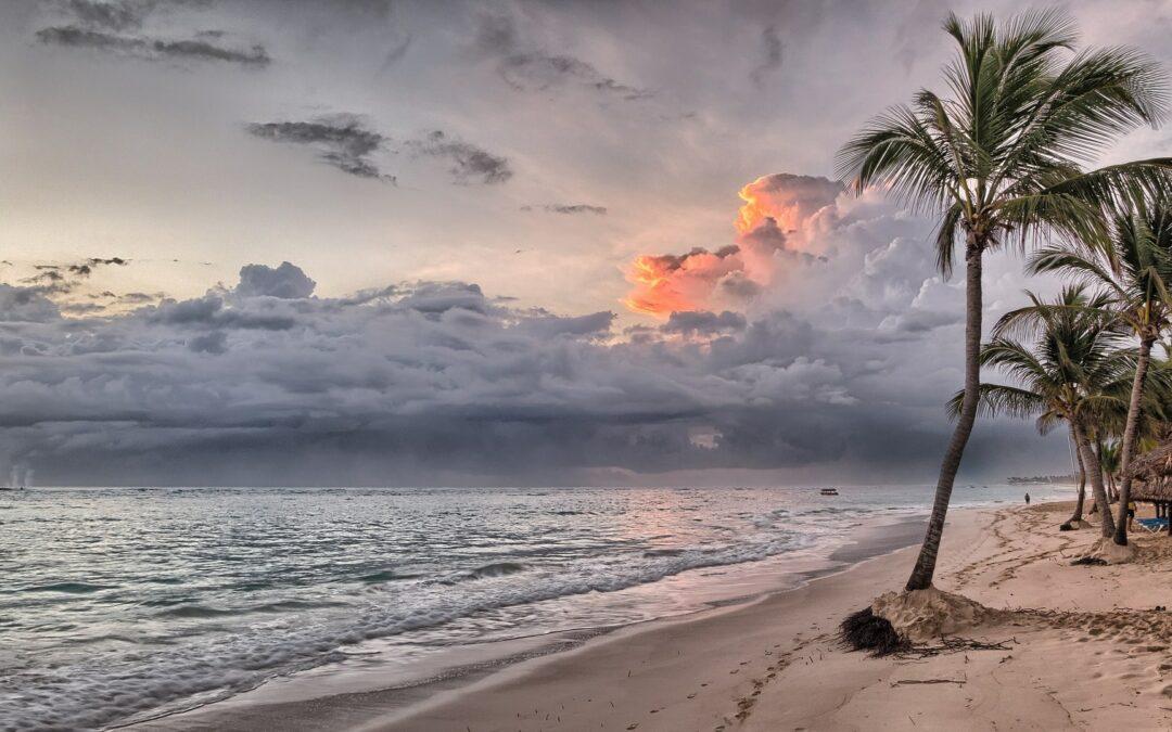 (s)Dress code in spiaggia: le tre cose che faresti meglio a indossare al mare